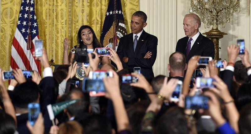 Tổng thống Barack Obama và Phó Tổng thống Joe Biden lắng nghe nữ sinh viên Diana Calderon, người thụ hưởng chương trình DACA phát biểu tại Nhà Trắng ngày 15-10-2015. Ảnh: AP