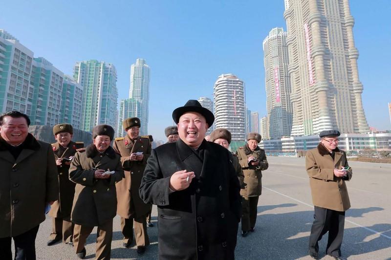 Ông Kim Jong-un và các quan chức Triều Tiên thanh sát một công trình xây dựng ở nước này hồi tháng 1. Ảnh: REUTERS