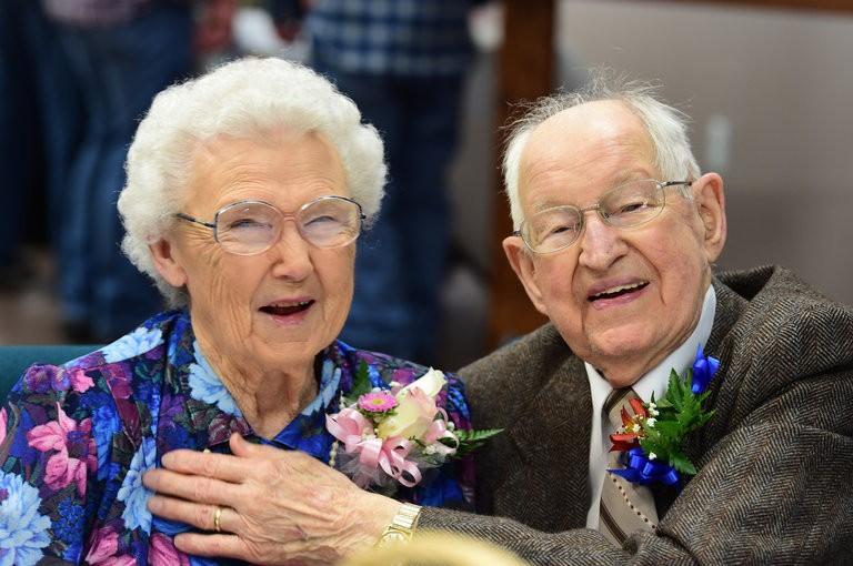 Ông bà Harvey và Irma Schluter trong lễ kỷ niệm 75 năm ngày cưới hồi tháng 3. Ảnh: NEW YORK TIMES