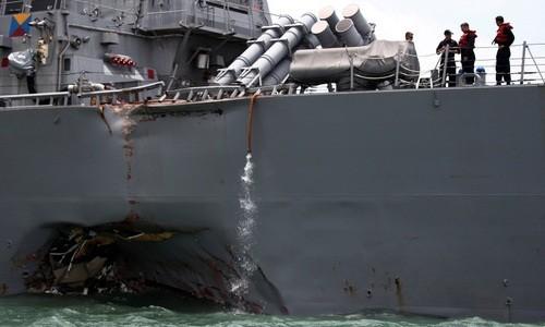 Tàu khu trục trang bị tên lửa dẫn đường USS John S. McCain của Mỹ bị thủng một bên thân sau khi va chạm với một tàu hàng ở vùng biển phía đông Singapore hồi tháng 8. Ảnh: REUTERS