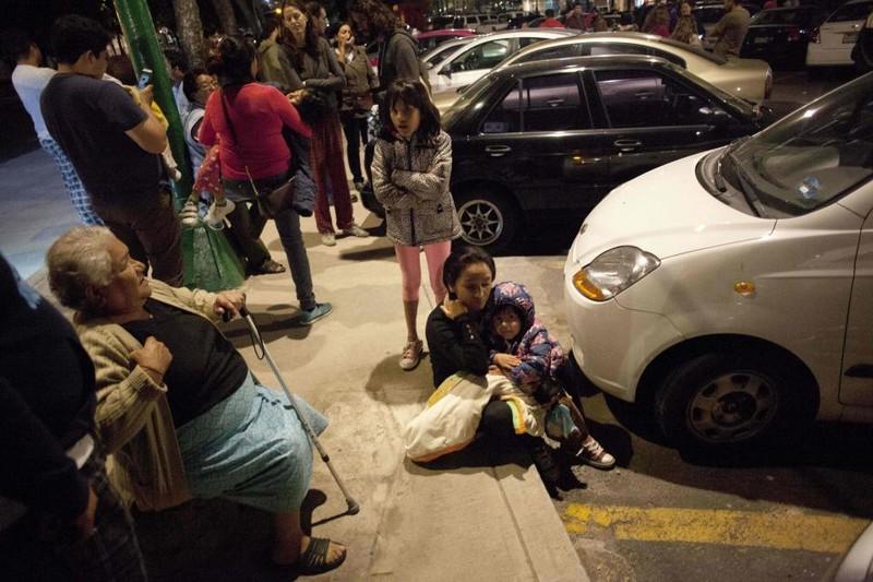 Người dân Mexico City đổ xô xuống đường ngay giữa đêm 7-9. Ảnh: REUTERS
