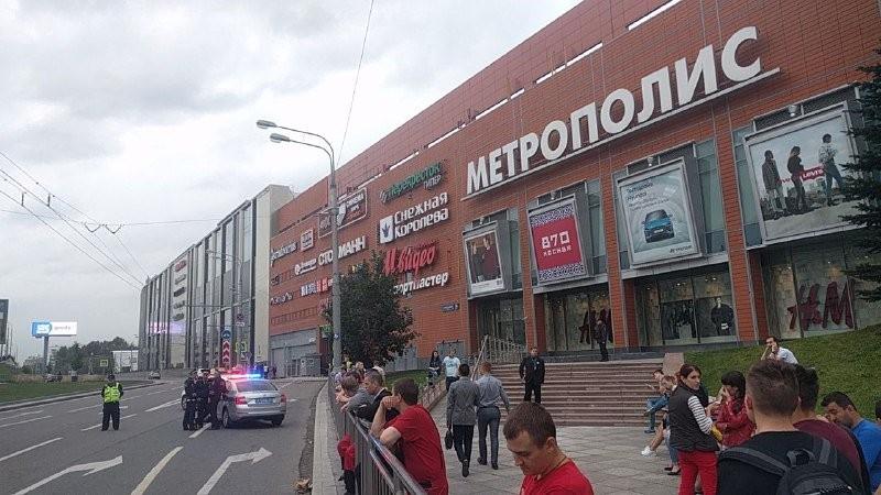 Cảnh sát tại hiện trường đe dọa đánh bom. Ảnh: RT