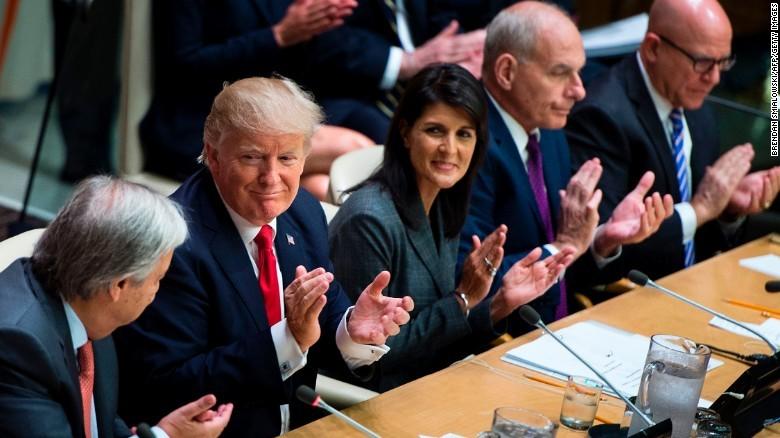 Nữ đại sứ Mỹ tại LHQ Nikki Haley và Tổng thống Mỹ Trump (thứ hai từ trái sang) trong một cuộc họp tại LHQ tuần trước. Ảnh: REUTERS