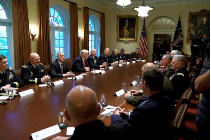Tổng thống Mỹ Trump gặp gỡ các lãnh đạo quân đội tại Nhà Trắng ngày 5-10. Ảnh: REUTERS