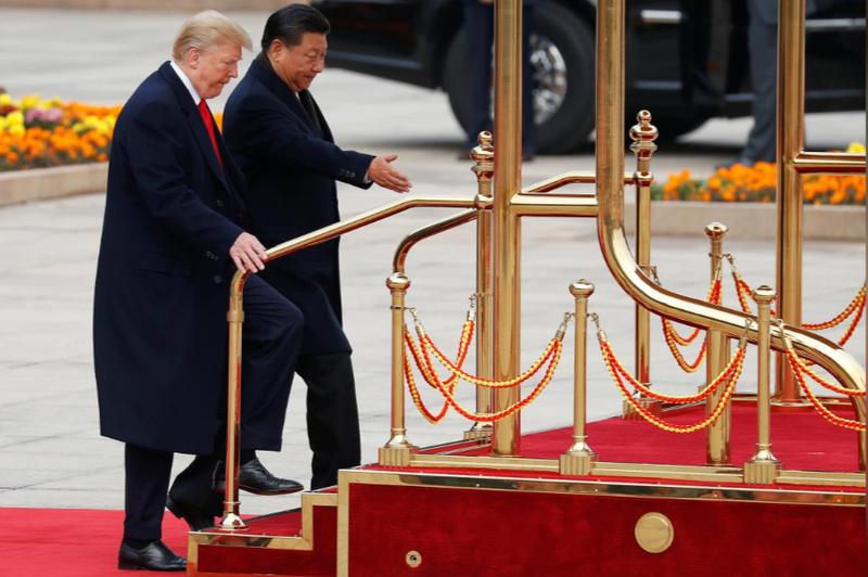 Tổng thống Mỹ Donald Trump (trái) và Chủ tịch Trung Quốc Tập Cận Bình trong lễ đón chính thức tại Đại Lễ đường nhân dân Bắc Kinh (Trung Quốc) sáng 9-11. Ảnh: REUTERS