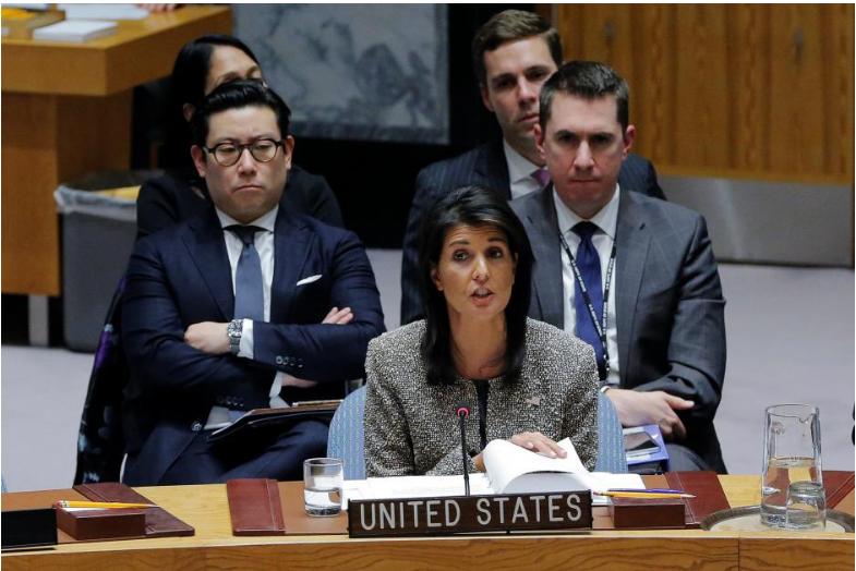 Đại sứ Mỹ tại LHQ Nikki Haley (giữa) phát biểu tại cuộc họp khẩn của Hội đồng Bảo an LHQ về vụ thử tên lửa ICBM Hwasong-15 của Triều Tiên, ngày 29-11 tại New York (Mỹ). Ảnh: REUTERS
