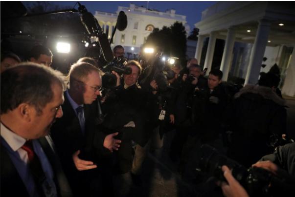 Giám đốc ngân sách Nhà Trắng Mick Mulvaney (đeo kính) trao đổi với báo chí tại Nhà Trắng tối 19-1. Ảnh: REUTERS