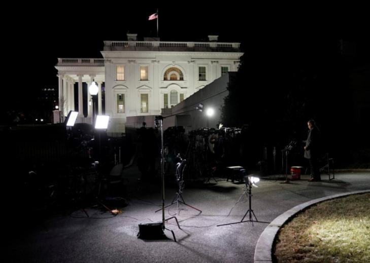 Các nhà báo tập trung tại Nhà Trắng đêm 19-1, chờ nghe thông tin về chuyện đóng cửa chính phủ. Ảnh: REUTERS