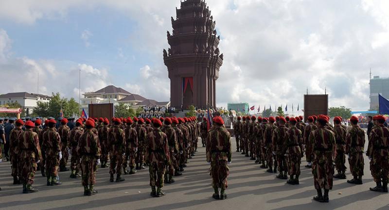 Binh sĩ Campuchia trước Tượng đài Độc lập ở Phnom Penh. Ảnh: AFP