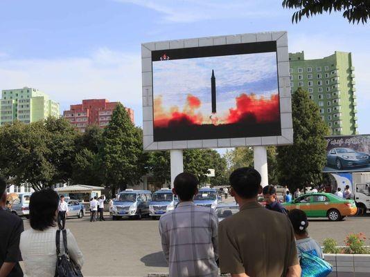 Người dân Bình Nhưỡng (Triều Tiên) xem bản tin về một vụ thử tên lửa của nước này, tháng 9-2017. Ảnh: AP
