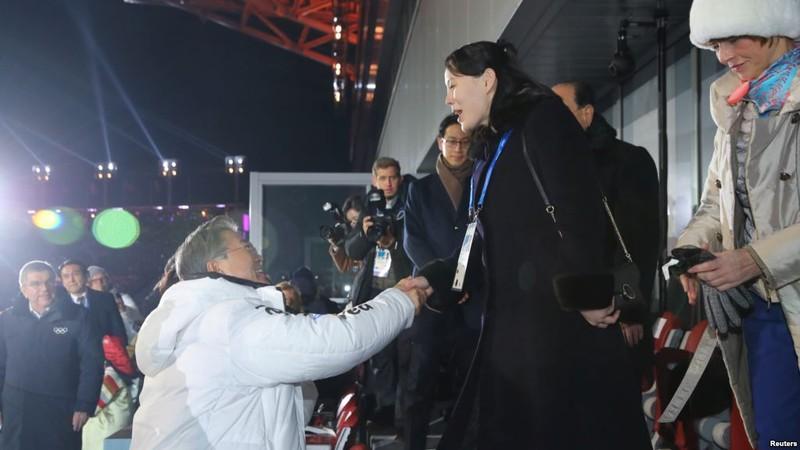 Cú bắt tay lịch sử của Tổng thống Hàn Quốc Moon Jae-in và bà Kim Yo-jong tại lễ khai mạc Thế vận hội Pyeongchang ngày 10-2. Ảnh: YONHAP