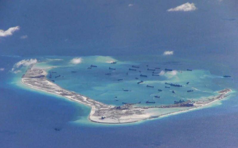 Tàu nạo vét cát của Trung Quốc đang cải tạo Đá Vành Khăn thuộc chủ quyền Việt Nam bị Trung Quốc chiếm đóng trái phép, năm 2015. Ảnh: US NAVY