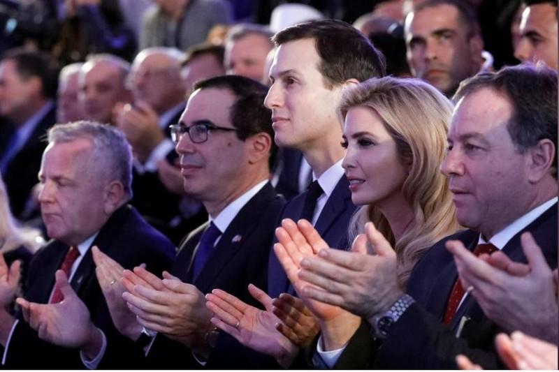 (Từ trái sang): Thứ trưởng Ngoại giao Mỹ John Sullivan, Bộ trưởng Tài chính Mỹ Steven Mnuchin, các cố vấn Nhà Trắng Jaerd Kusher và Ivanka Trump trong buổi lễ xác nhận di dời đại sứ quán Mỹ từ Tel Aviv về Jerusalem, tại Bộ Ngoại giao Israel ngày 13-5. Ảnh: REUTERS