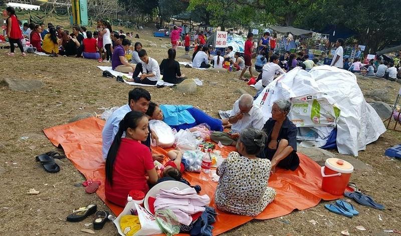 Nhiều du khách trải bạt nghỉ ngơi gần chùa Hạ và chùa Trung.