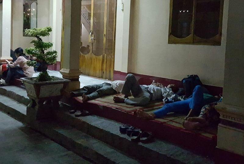 ngủ hiên chùa khi lên núi Bà Đen