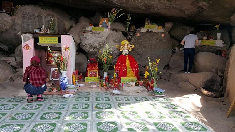 Nghe đồn hang thiêng, lũ lượt leo núi cúng bái - ảnh 2