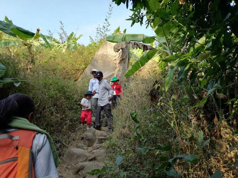Nghe đồn hang thiêng, lũ lượt leo núi cúng bái - ảnh 1