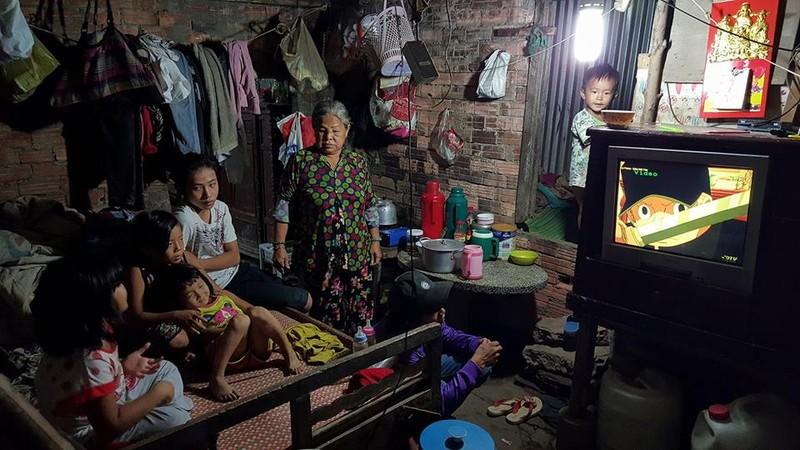 Chùm ảnh: Gia đình 17 người bên dòng kênh đen - ảnh 8
