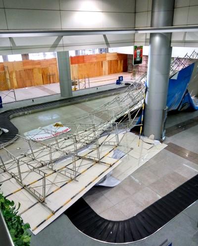 Bất ngờ sập giàn giáo tại nhà ga sân bay Tân Sơn Nhất - ảnh 1