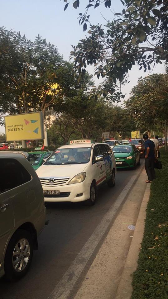 Sân bay Tân Sơn Nhất đông nghẹt trước dịp nghỉ Giỗ tổ Hùng Vương - ảnh 1