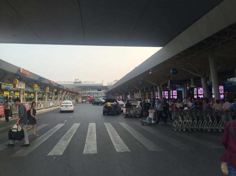 Sân bay Tân Sơn Nhất đông nghẹt trước dịp nghỉ Giỗ tổ Hùng Vương - ảnh 2