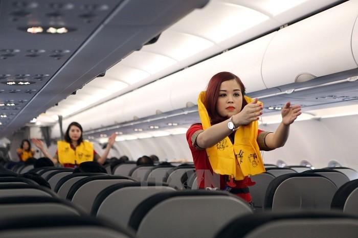 Hành khách tự ý tháo áo phao trên máy bay bị phạt 2 triệu đồng  - ảnh 1
