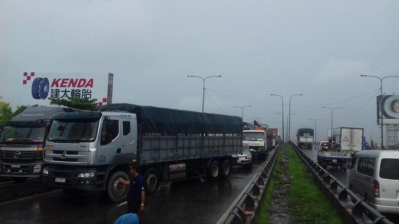 Xe tải tông dải phân cách chắn ngang QL1, kẹt xe nhiều giờ   - ảnh 2