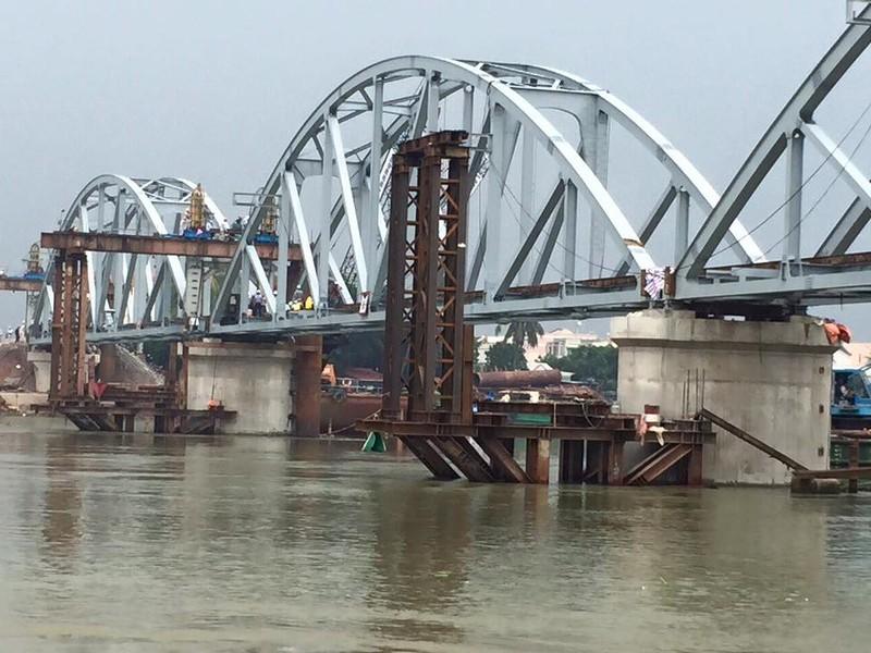 Chuẩn bị thử tải cho tàu lưu thông qua cầu Ghềnh - ảnh 2