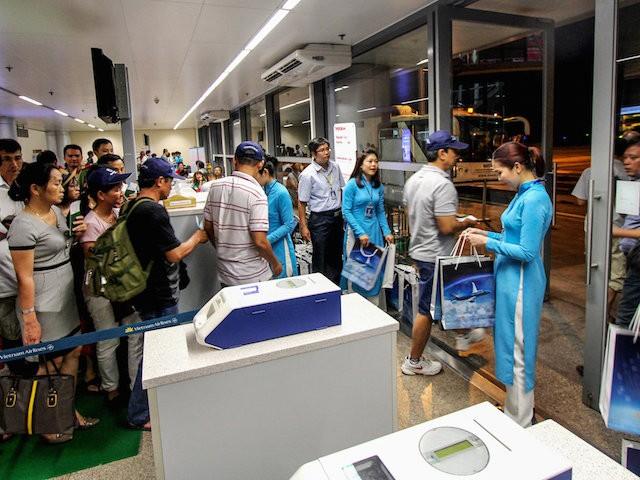 Hành khách làm thủ tục tại sân bay