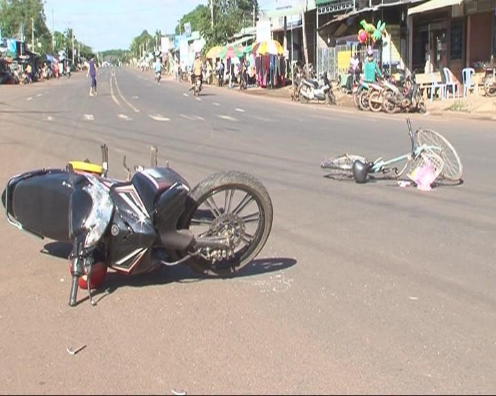 Va chạm giữa xe máy và xe đạp, 2 người nguy kịch - ảnh 2