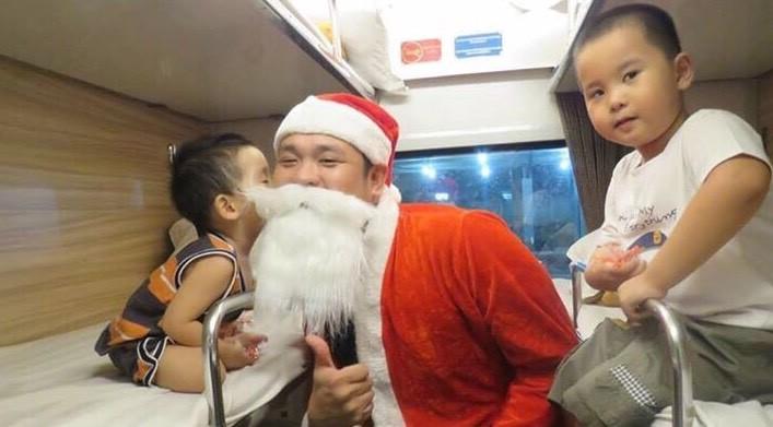 Hành khách đi tàu hỏa được ông già Noel tặng quà - ảnh 1