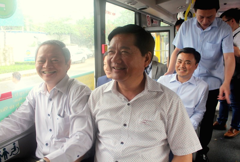 Bí thư Đinh La Thăng đi xe buýt mới từ Tân Sơn Nhất - ảnh 3