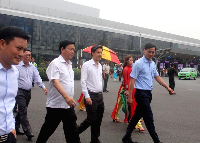 Bí thư Đinh La Thăng đi xe buýt mới từ Tân Sơn Nhất - ảnh 1