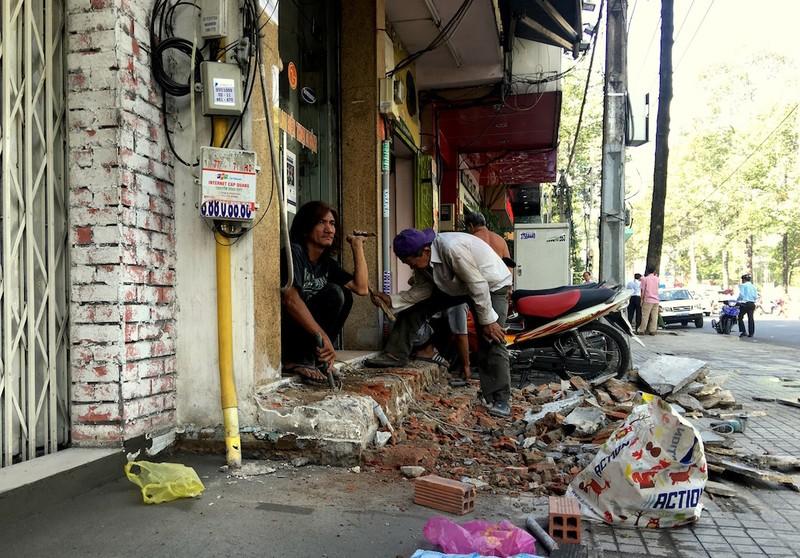 Tự nguyện tháo dỡ trụ sở khu phố trả vỉa hè cho dân - ảnh 6