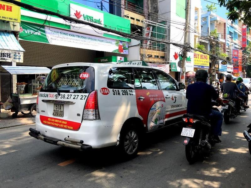 Bất ngờ taxi Vinasun dán khẩu hiệu phản đối Uber, Grab - ảnh 1
