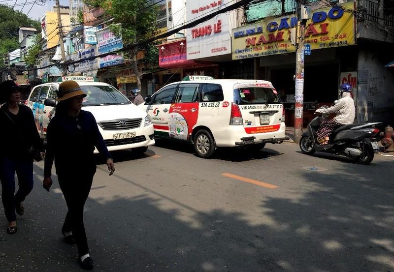 Bất ngờ taxi Vinasun dán khẩu hiệu phản đối Uber, Grab - ảnh 3