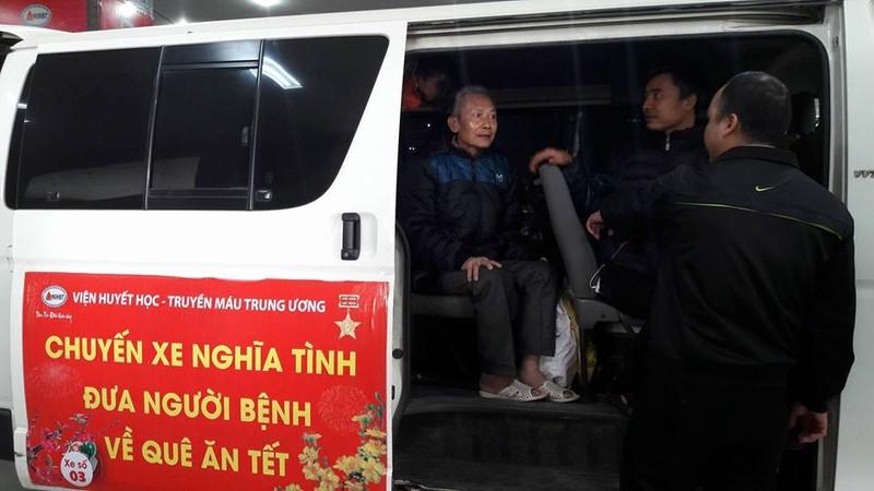 Chuyến xe nghĩa tình chở bệnh nhân nghèo về quê ăn Tết - ảnh 2