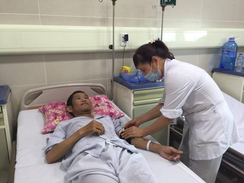 Bệnh nhân liệt 2 chi đi lại được sau phẫu thuật - ảnh 1