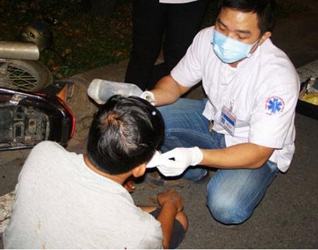 Trắng đêm cứu người bị tai nạn tại hiện trường - ảnh 4