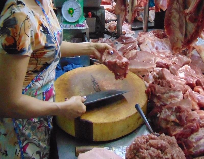 Nhiều thực phẩm kinh doanh trong chợ Rạch Ông không rõ nguồn gốc.