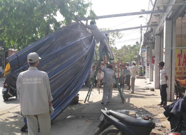 Huyện Hóc Môn giúp dân tháo dỡ hạng mục xây lấn - ảnh 2