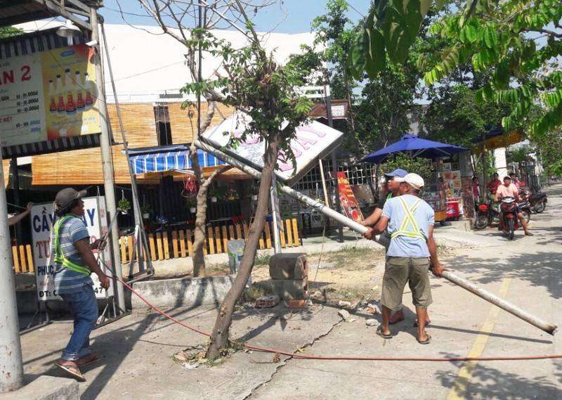 Huyện Hóc Môn giúp dân tháo dỡ hạng mục xây lấn - ảnh 1