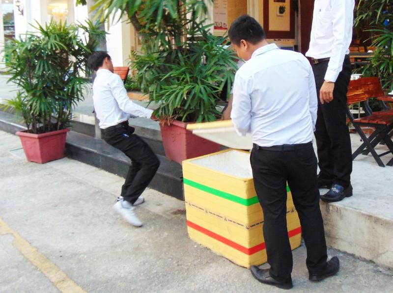 Huyện Hóc Môn giúp dân tháo dỡ hạng mục xây lấn - ảnh 5