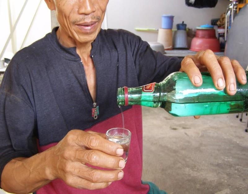 Cho dù biết rượu không nguồn gốc có thể gây hại nhưng nhiều người vẫn uống.