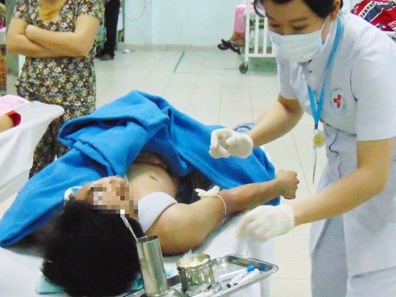 Bỗng nhiên bị chém phải nhập viện cấp cứu - ảnh 1