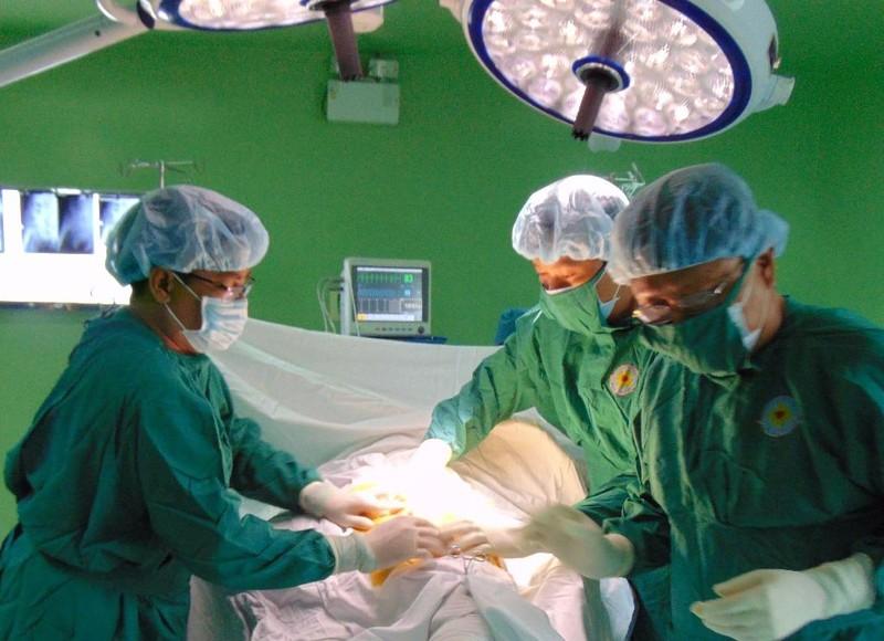 Các bác sĩ đang xử lý sỏi mật cho bệnh nhân D.
