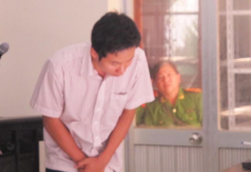 Các bị cáo công an cúi đầu xin lỗi gia đình bị hại - ảnh 1