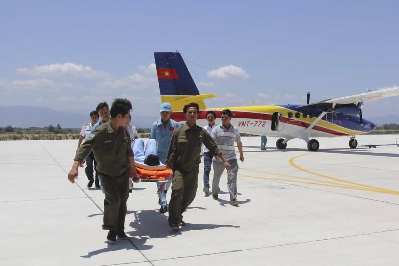 Điều thủy phi cơ đưa bệnh nhân ở Trường Sa vào đất liền - ảnh 1