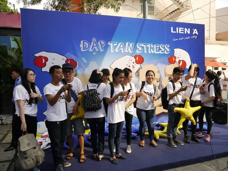 Giới trẻ thích thú với ngày hội đập gối ở Sài Gòn - ảnh 2