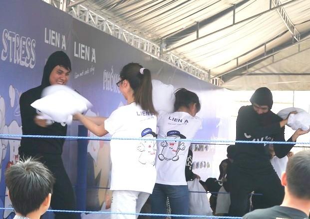 Giới trẻ thích thú với ngày hội đập gối ở Sài Gòn - ảnh 1